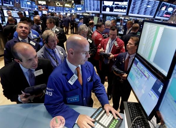 Traders siguen la sesión bursátil en Nueva York.