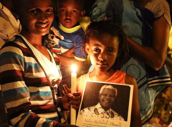Desde hace una semana, miles de personas llevan flores y candelas a la casa Nelson Mandela, en Johannesburgo, Sudáfrica, para despedirse del legendario líder. Sus restos serán enterrados hoy en Qunu, su pueblo natal. | AFP