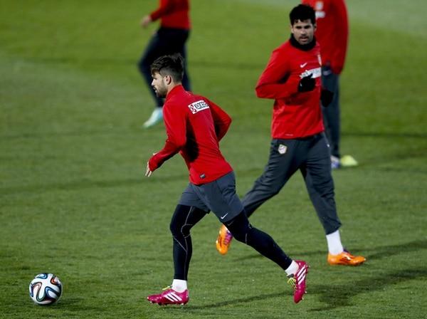 El brasileño Diego Ribas, y Diego Costa, brasileño naturalizado español, del Atlético de Madrid, ayer durante la práctica en Cerro del Espino. | EFE