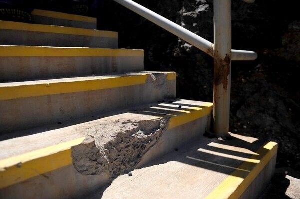 Los daños causados por las rocas en las instalaciones del parque quedarán visibles como un llamado de atención para los visitantes. Foto: Melissa Fernández