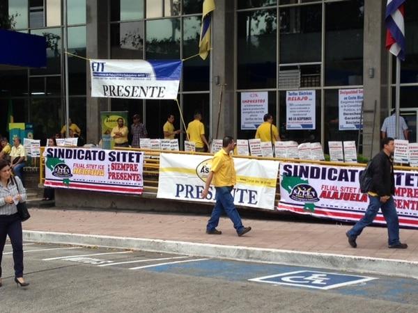 Pancartas y movimiento frente al ICE en Sabana Norte este lunes a las 7:40 a. m.