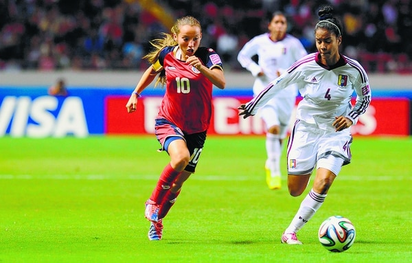 Sin lugar a dudas, el Mundial Femenino Sub-17 del 2014 catapultó a la fama a Gloriana Villalobos. El certamen se realizó en suelo costarricense, lo cual permitió que todo el país viese de cerca el talento de la joven, que en ese momento tenía solo 15 años. Aquí en el debut ante Venezuela. Foto: Archivo La Nación