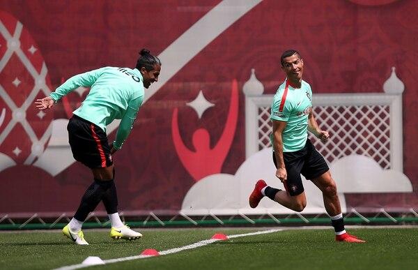 Cristiano Ronaldo (derecha) bromera con Bruno Alves en un entrenamiento de la selección portuguesa.