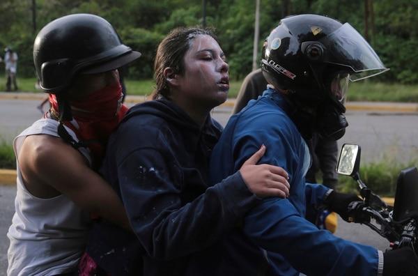Una manifestante, quien resultó afectada por gases lacrimógenos lanzados por la Guardia Nacional Bolivariana, era evacuadael martes de El Hatillo.