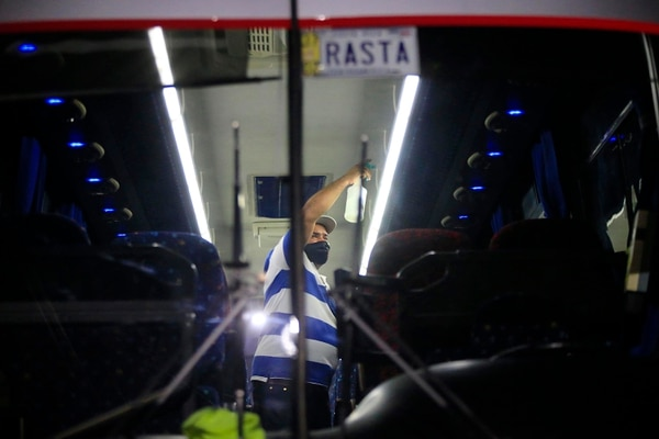 Hernán Guillén, conductor del autobús que trasladó a Alajuelense, desinfectó todos los espacios internos del vehículo apenas el equipo ingresó al estadio. Foto: Rafael Pacheco
