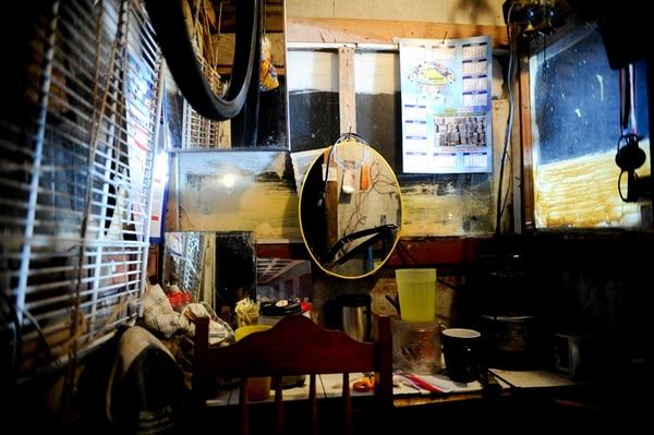 Dos guardas se turnan esta casetilla en Tibás. Laboran día de por medio en jornadas de 24 horas. foto: Marcela Bertozzi