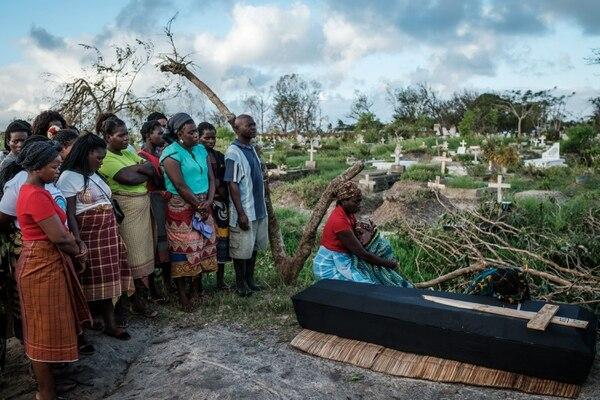 Rebecca Albino, madre de tres niños, lloraba junto al féretro de su esposo, Tomás Joaquim Chimukme, durante el entierro, el miércoles 20 de marzo del 2019 cerca de la ciudad de Beira, Mozambique.
