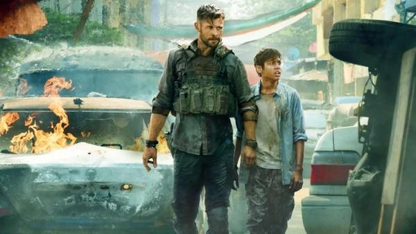 Chris Hemsworth encarna al mercenario Tyler Rake. Él debe salvar a este niño de nombre Ovi, encarnado por el actor Rudhraksh Jaiswal. Cortesía de Netflix