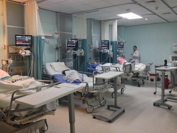 La central de monitoreo está compuesta por 14 monitores instalados 10 en la unidad de agudos, 1 en la sala de shock médicas, 2 en la sala de shock quirúrgica y 1 en la sala de pre shock.