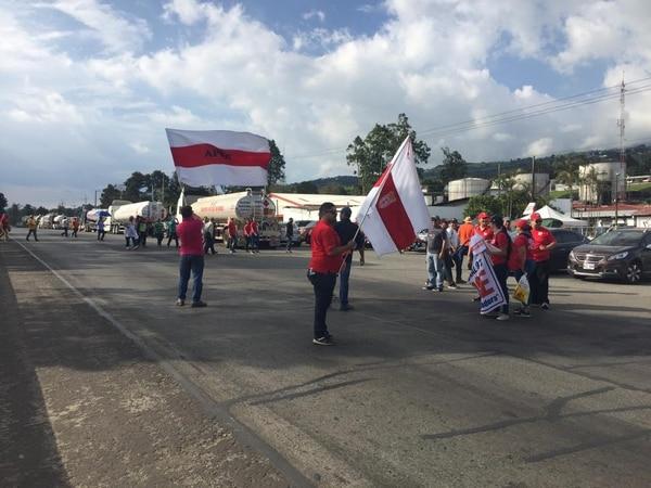 El bloqueo de manifestantes es parcial frente al plantel de Recope, en Ochomogo. Foto: Marvin Caravaca