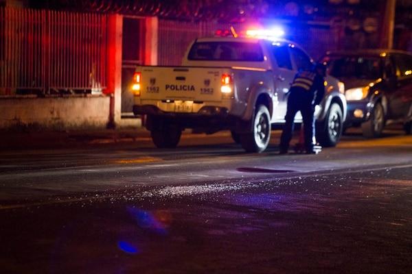 Varios casquillos y vidrios quebrados de otros carros impactados quedaron en la escena. Fotografía: Alejandro Gamboa Madrigal