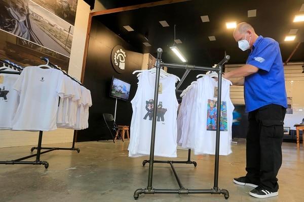 Mauricio Villalobos, director general de Chepe se Baña, organiza las camisas de la tienda. Foto: Rafael Pacheco
