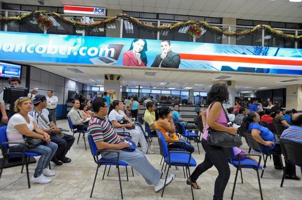 Clientes del Banco de Costa Rica. Los ahorrantes podrían obtener este año mayores ganancias pues el Banco Central prevé un incremento en las tasas de interés, tanto en dólares como en colones. | ARCHIVO/LUIS NAVARRO