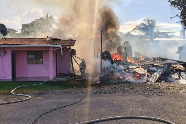 Un incendio que se produjo este sábado a la 1:48 p.m. destruyó la casa en la cual habitaba un hombre que este domingo cumple 100 años de edad. Foto de Raúl cascante
