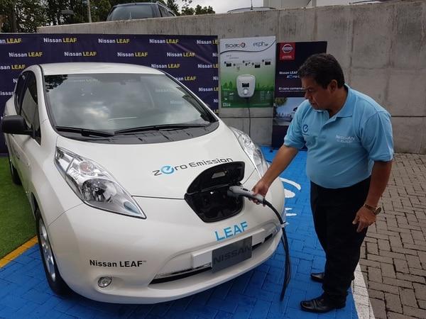 La marca Nissan estuvo presente en la inauguración de la electrolinera herediana, con su nuevo modelo 100% eléctrico: el Nissan LEAF. Cortesía Nissan.