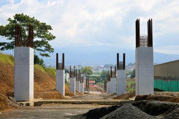Entre Colima y el Triángulo de la Solidaridad se construirá el viaducto de 2,25 kilómetros. En la imagen las bases del paso elevado a la par del Walmart de Tibás. Foto: MOPT.