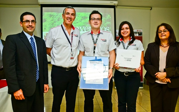 Mauricio Céspedes, Director Ejecutivo de Inteco, y Javier Quirós, presidente de Purdy Motor, durante la entrega del sello.