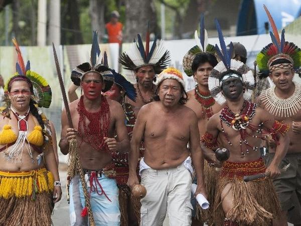 Un grupo de once indios se manifiesta contra la demolición de un edificio vecino al estadio Maracaná ayer en Río de Janeiro (Brasil). El estadio se encuentra en una remodelación para el mundial de fútbol de 2014. | EFE