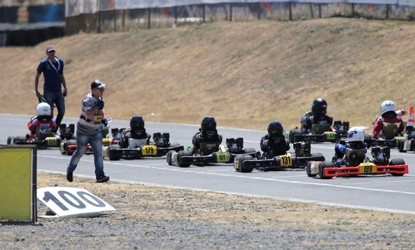 Los pequeños pilotos Gabriel Corrales (179), Sebastián Guevara (101), Michael Montaño (131) y Daniel Méndez (189) estaban listos para salir en el primer heat de la categoría Stars of Tomorrow, donde debutaron el sábado en el Circuito Sur del Parque Viva.