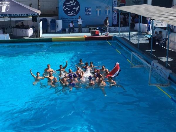 Jugadores de waterpolo nacional tras culminar el festival centroamericano en Guatemala.