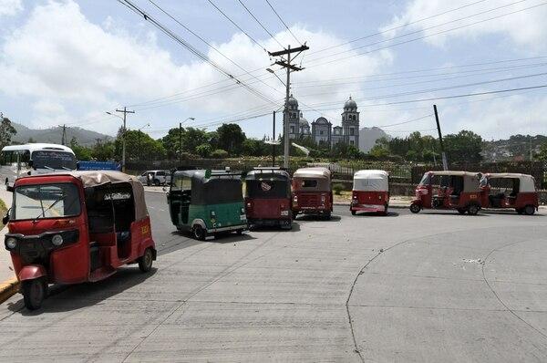 Mototaxis permanecían estacionados el jueves 19 de julio del 2018 en Tegucigalpa en acatamiento a la paralización del transporte público.