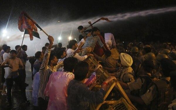 Miembros del partido opositor indio se manifiestan en contra de Pakistán en las calles de Nueva Delhi, tras la muerte de cinco soldados en la disputada región de Cachemira.