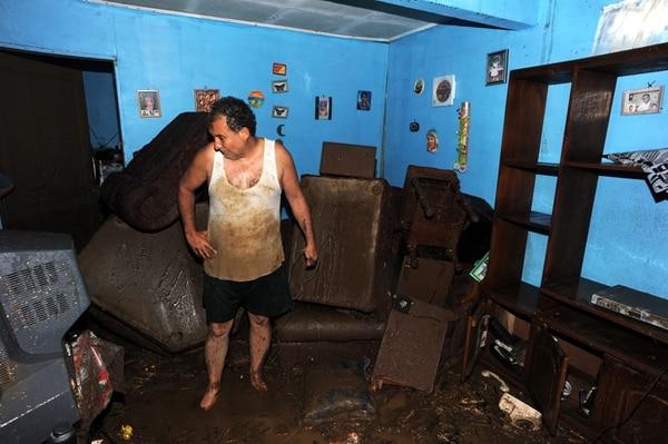 El vigilante privado Víctor Montoya Bermúdez, de 56 años, lamentó que todos los enseres de su casa quedaran inservibles, pues los adquirió con el esfuerzo de muchos años. Su casa fue declarada inhabitable. | ALONSO TENORIO