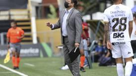 Técnicos del fútbol tico dirigen con un pie en la calle