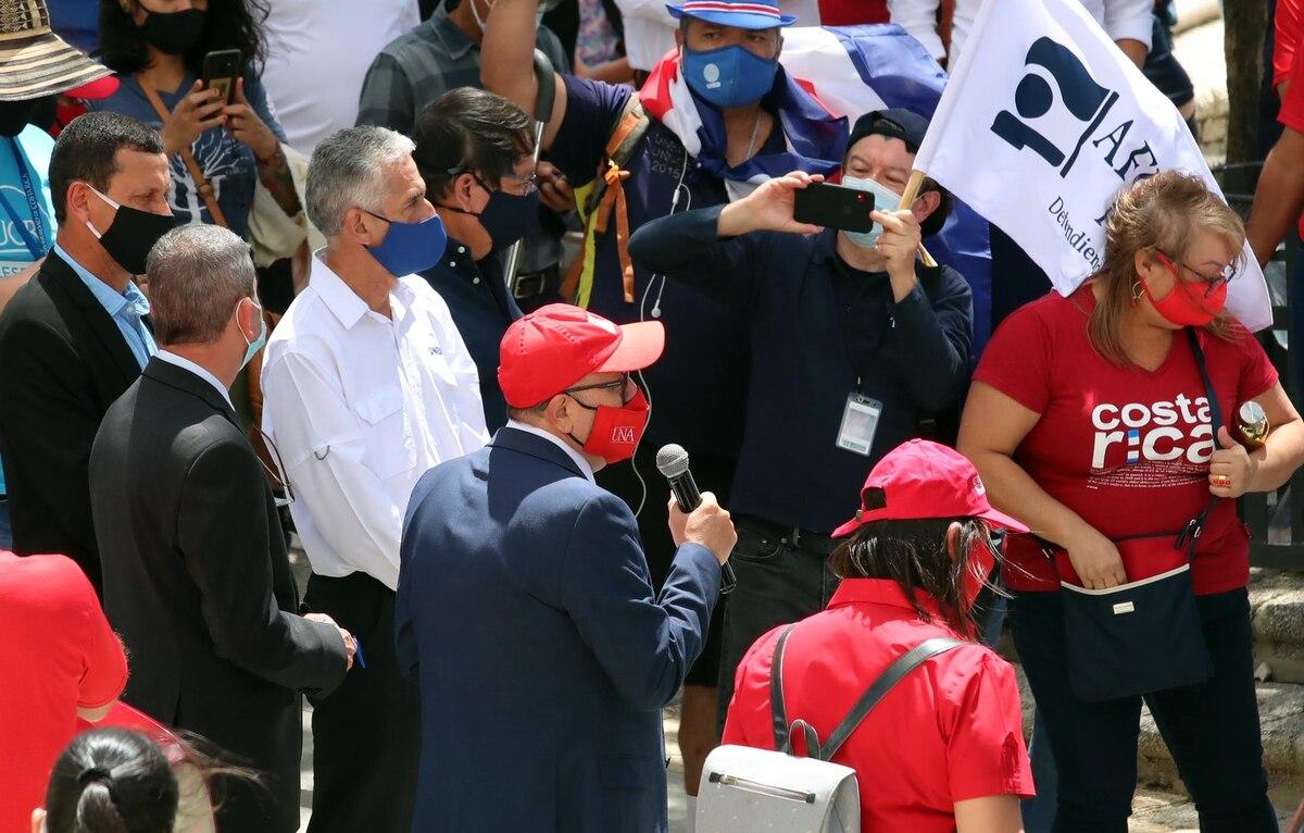 Gustavo Gutiérrez (izquierda), Rodrigo Arias (de blanco) y Francisco González (con el micrófono), rectores de la UCR, UNED y UNA, durante una marcha contra la reforma al empleo público el 18 de febrero. Foto: Alonso Tenorio