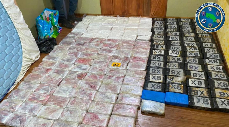 En una habitación de la casa en San Miguel de Naranjo, la PCD encontró el cargamento de cocaína. Foto: Cortesía MSP.