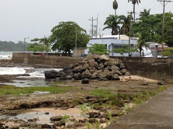 La construcción de la llamada Plaza Cacao en Limón se encuentra paralizada. En el tajamar solo queda algún material. | DIEGO BOSQUE.