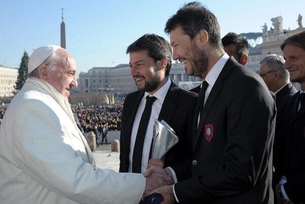 Matías Lammens y Marcelo Tinelli le entregaron el trofeo al Papa Francisco.