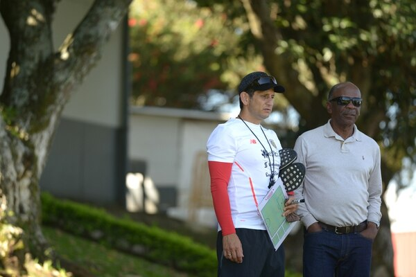 Carlos Watson conversa con Rónald González, técnico de la Mayor. Fotografía: Agencia Ojo por Ojo.