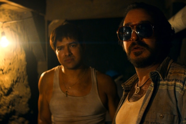 En la serie, Cochiloco (derecha, el actor Andrés Almeida) es el hombre de confianza del Chapo Guzmán (Alejandro Edda). Fotografía: Netflix para La Nación