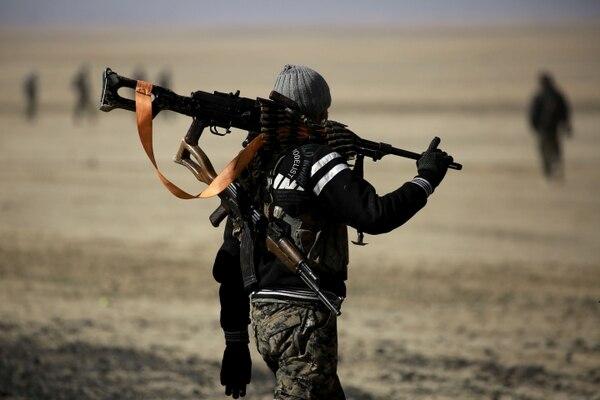 Un combatiente de la Fuerza Democrática Siria caminaba con su arma este 4 de febrero.