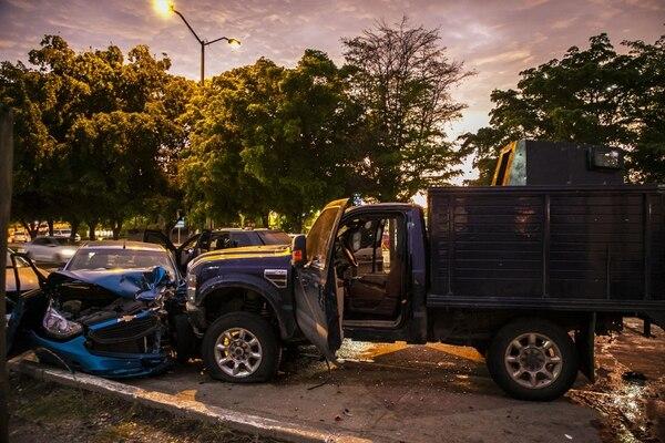 Vehículos estrellados en una calle de Culiacán, estado de Sinaloa, México, el 17 de octubre del 2019, luego de que hombres armados fuertemente armados en camiones de cuatro por cuatro libraron una intensa batalla con las fuerzas de seguridad mexicanas. Foto: AFP