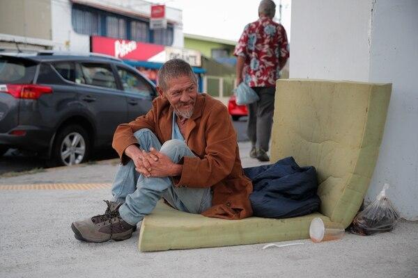 Jimmy Alvarado todavía no llega a la adultez mayor y ya forma parte de la población que, muy probablemente, llegará a la última etapa de su vida en condición de pobreza. Él cuida carros en las calles de Heredia y pide dinero a los transeúntes para comer. Foto Jeffrey Zamora.