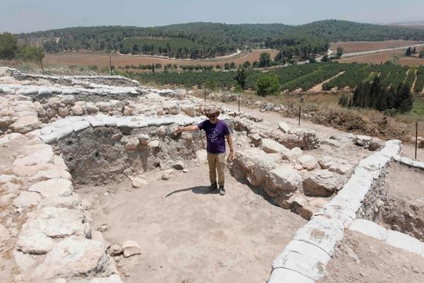 Yosef Garfinkel, profesor de la Universidad Hebrea, recorre el sitio arqueológico que afirma ser la ciudad bíblica de Ziklag, (Photo by MENAHEM KAHANA / AFP)