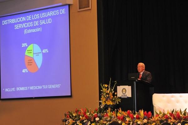 Édgar Mohs, exministro de Salud, mostró cálculos sobre el peso de la medicina privada en el país. Dijo que un 40% de la población combina la medicina privada con la pública. | ALBERT MARÍN