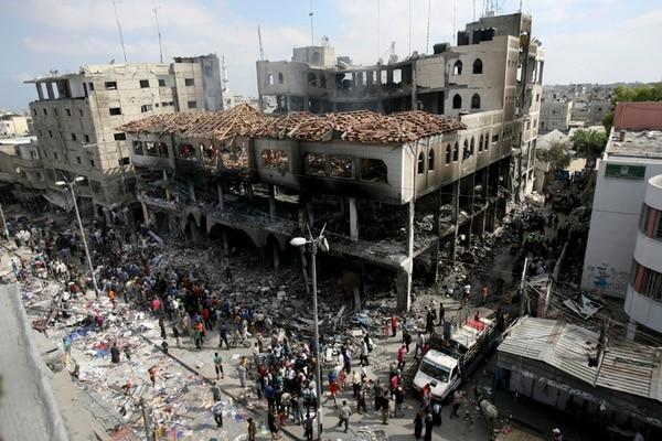 Palestinos inspeccionan los daños, o más bien la destrucción, de un centro comercial de Rafá, después que Israel atacó ayer en el sur de Gaza. | AP