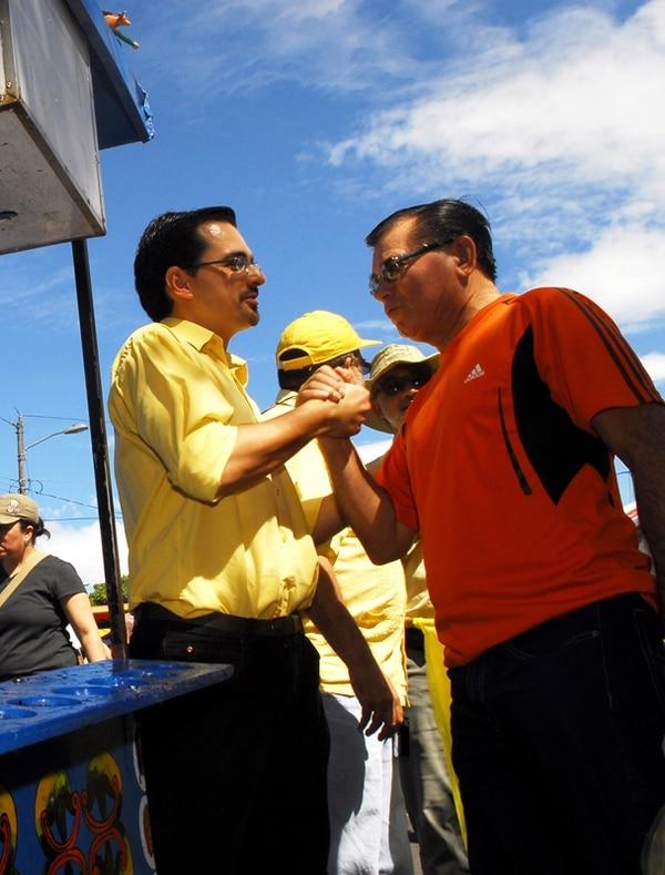 José María Villalta visitó ayer la feria del agricultor en Pavas. | M. ROJAS.