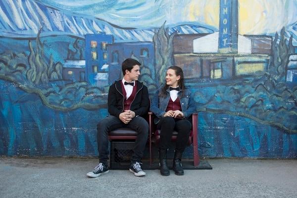 Los protagonistas de la serie Dylan Minnette y Katherine Langford. AFP.