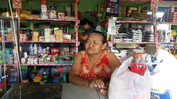 Reyna Muñoz Romero de 60 años cierra su pulpería a las 5 p. m. Después no le abre ni a conocidos.