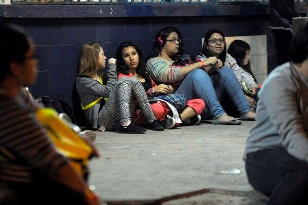 Pacientes. Las beliebers llegaron a las 3 a. m. a la aduana en Paso Canoas, durmieron poco menos de tres horas en el autobús, y regresaron a la carretera minutos antes de las 10 a. m. Para ellas esa espera es lo peor del viaje. Pablo Montiel.