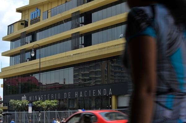 En Hacienda se redujeron ¢3.203 millones en salarios. | ARCHIVO