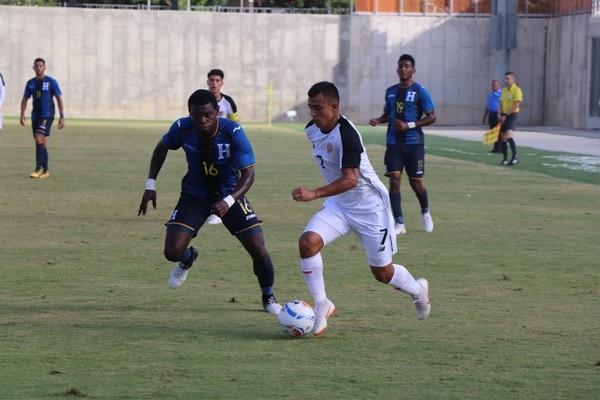 El delantero Rándall Leal conduce el balón ante la marca del hondureño José Antonio García, durante los Juegos Centroamericanos y del Caribe de Barranquilla 2018. Cortesía Comité Olímpico