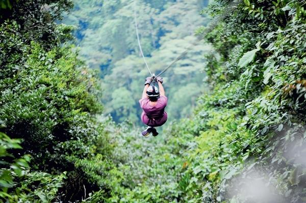 Volar por los aires es uno de los principales atractivos en La Fortuna para quienes buscan la adrenalina. | FOTO: DIANA MÉNDEZ