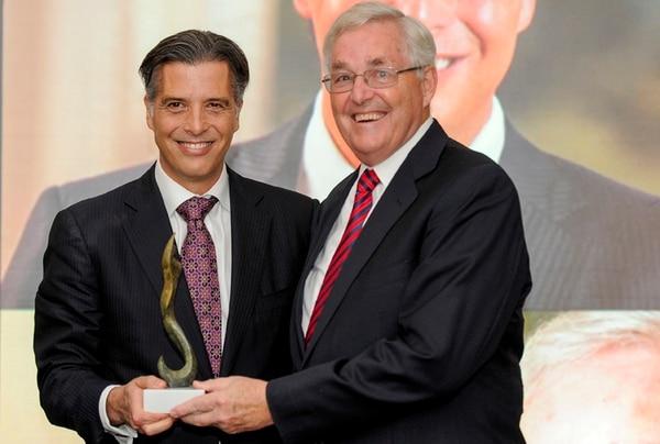 Luis Javier Castro (izquierda) y Harry Strachan recibieron anoche el premio como los empresarios del año de El Financiero por su labor al frente de la empresa costarricense Mesoamérica.   LUIS NAVARRO