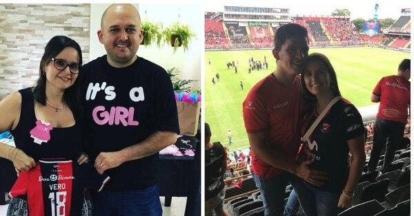 Alejandro Quesada y su esposa Carolina Cerdas muestran la camisa rojinegra de Verónica, quien nacerá en diciembre; mientras que Roberto Vega y Kelly León posan en el Morera Soto con Mariano, que nacerá en enero.