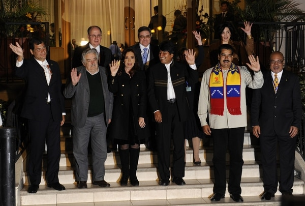De izq. a der. y de adelante hacia atrás: Rafael Correa de Ecuador, José Mujica de Uruguay, Cristina Fernández de Argentina, Evo Morales de Bolivia, Nicolás Maduro de Venezuela y Desi Bouterse de Surinam posaron anoche tras la reunión realizada en Cochabamba, Bolivia.
